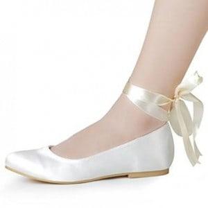 1f8a1653c65f66 Pour le jour de votre mariage, ce sont vos chaussures qui sublimeront votre  robe de mariée. Pour celles qui n'ont pas l'habitude de porter des talons  ...