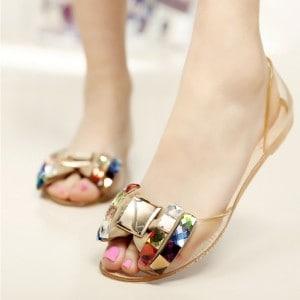 mode-sandale-en-plastique-femme