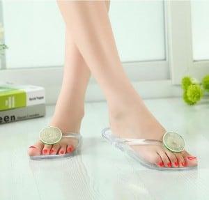 sandale-plastique-tendance-pour-femme
